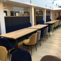 Banquette-sur-mesure-cotes-melon-et-chaises-velours-2